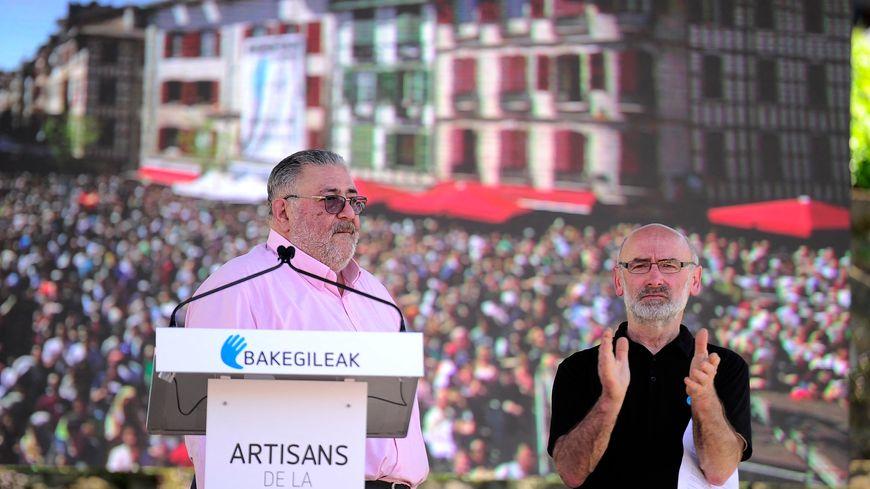 """Michel Tubiana et Michel Berhocoirigoin lors d'un rassemblement de soutien aux """"Artisans de la Paix"""" à Bayonne, en avril 2017 suite à l'annonce du désarmement par le groupe séparatiste basque ETA"""