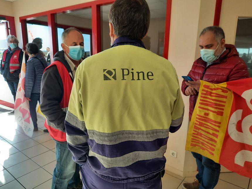 Les militants CGT ont occupé l'entrée de l'entreprise Pine pendant trois heures en espérant rencontrer un responsable, mais ils ont fait choux blanc