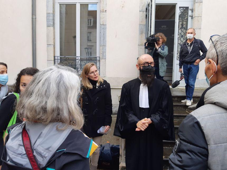L'avocat des soignants, Me Fabien Stucklé, en discussion avec ses clients à l'issue de l'audience.