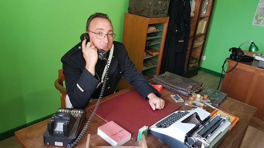 Xavier Hory derrière son bureau de gendarmerie, dans les années 60.