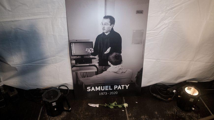 """Valence : le fils crie """"Allah Akbar"""" lors d'un hommage à Samuel Paty, le père placé en garde à vue"""