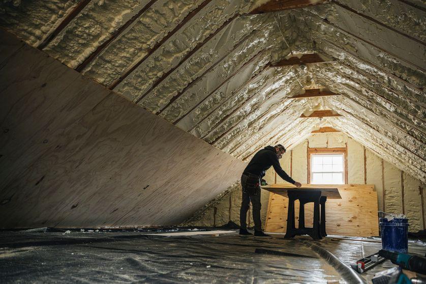 Homme rénovant l'intérieur d'une maison.