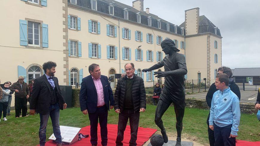 """""""Il fait partie de ces Bretons qui nous ont fait rêver"""" : une statue de Raymond Keruzoré inaugurée à Carhaix"""
