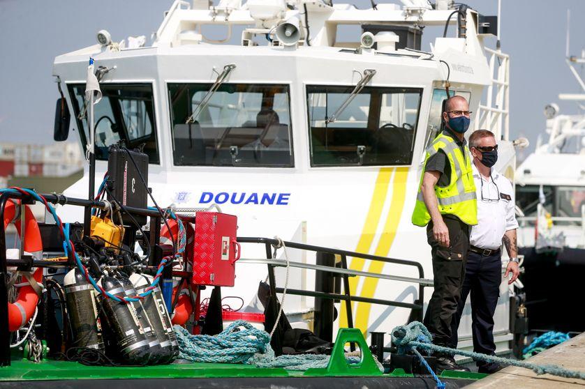 Opération des douanes dans le port d'Anvers le 9 juin 2021.